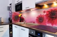 Скинали из стекла на кухню: лучшее решение для современных хозяек