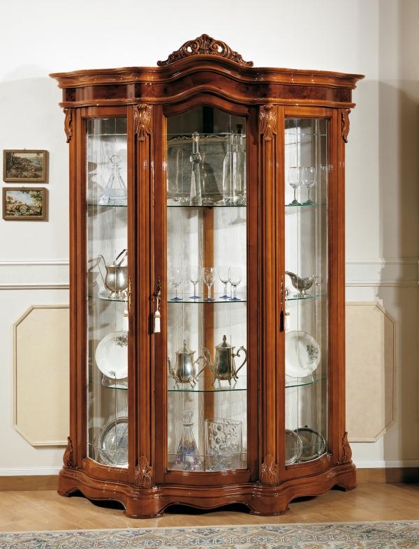 шкаф витрина из дерева в классическом стиле