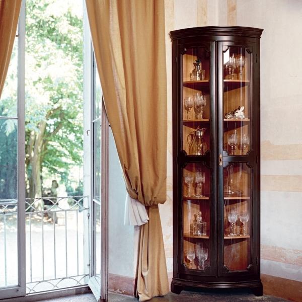 угловой шкаф витрина из дерева