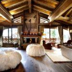 гостиная в деревянном доме с мягкими креслами
