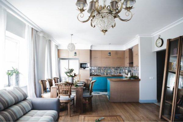 яркие оттенки в дизайне кухни гостиной