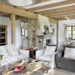 маленькая гостиная в деревянном доме