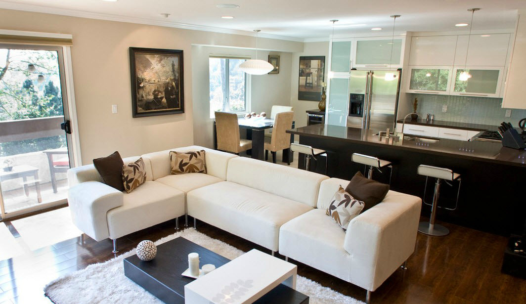 просторный угловой диван около полированной стойки