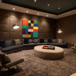 коричневый диван в этническом интерьере