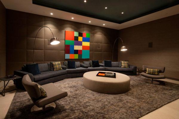 коричневый диван в английском интерьере