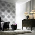 теплый спокойный интерьер комнаты с полосатыми обоями