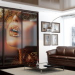 большой шкаф купе с оригинальным рисунком в интерьере гостиной
