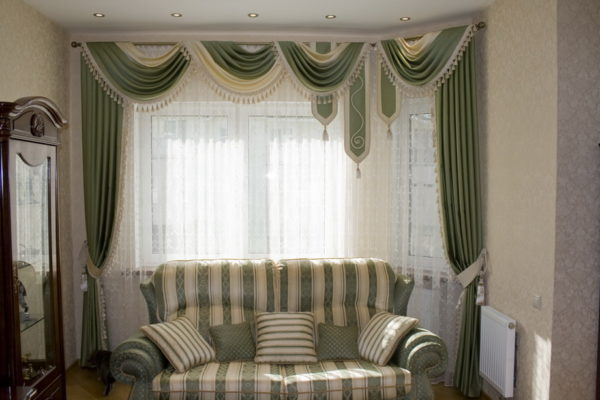зеленый ламбрекен в интерьере гостиной комнаты