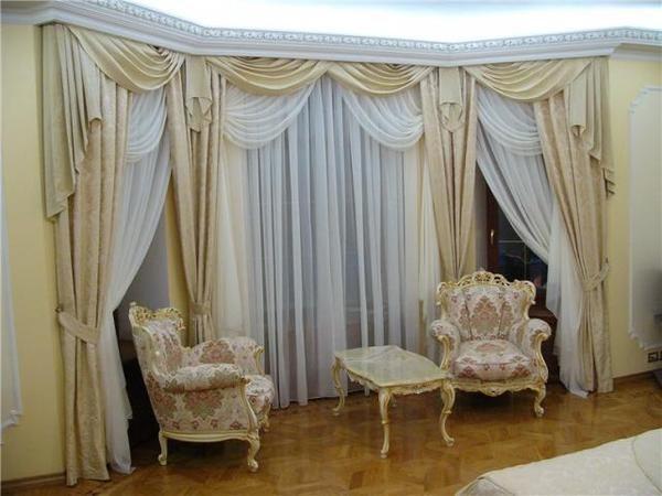 светлые шторы в дизайне гостиной