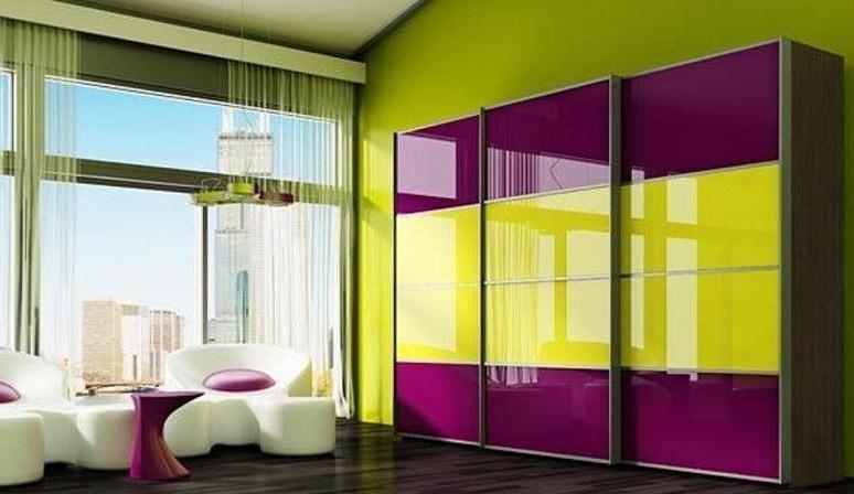 яркая расцветка шкафа купе в интерьере современной гостиной