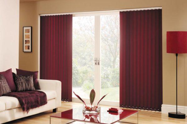 красные шторы в современной гостиной