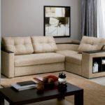 бежевый угловой диван в интерьере маленькой гостиной