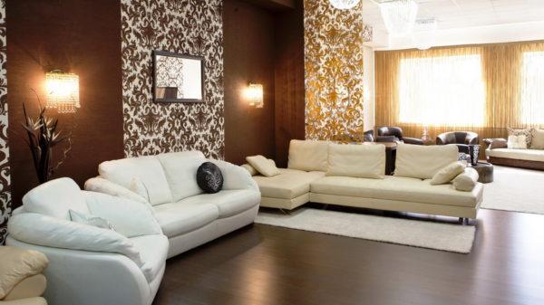белый диван в темной гостиной