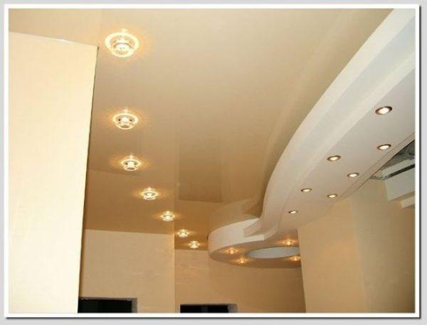 точечные светильники в дизайне потолка гостиной