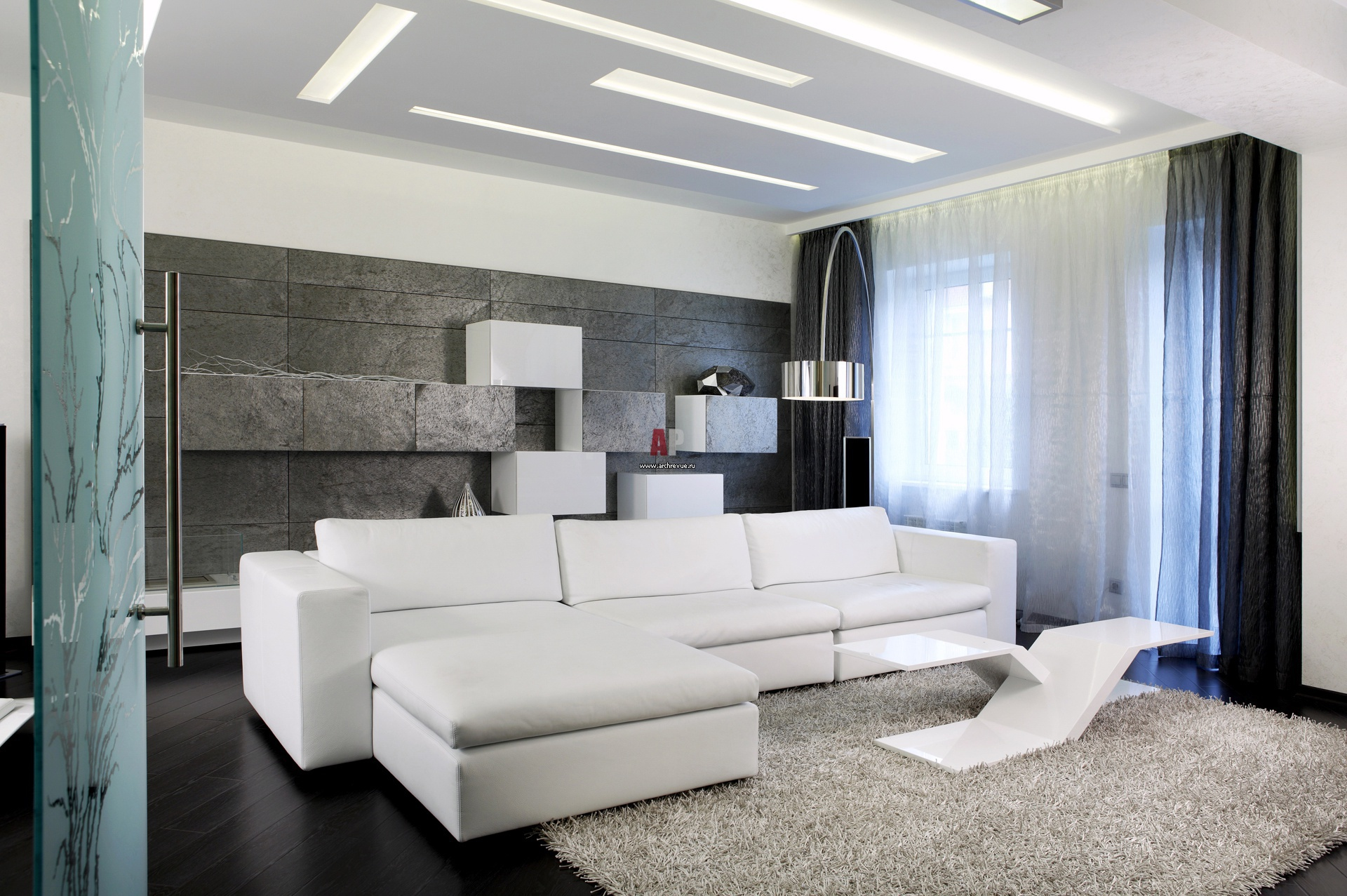 Дизайн зала с белым диваном