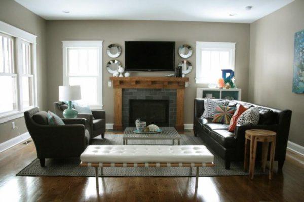 черный телевизор и камин в гостиной