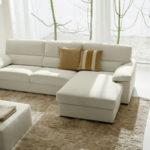 угловой диван светлого цвета в интерьере маленькой гостиной