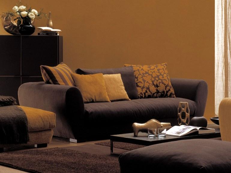 Интерьер гостиной с ярким диваном