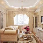 Маленькая гостиная в классическом стиле, цветы на столе