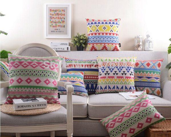 подушка с цветочным орнаментом