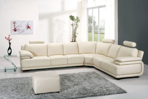 белый диван в минималистичном стиле гостиной