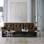 коричневый диван в белом интерьере
