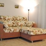 цветочный угловой диван в дизайне гостиной комнаты