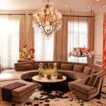 яркий дизайн гостиной и коричневый диван