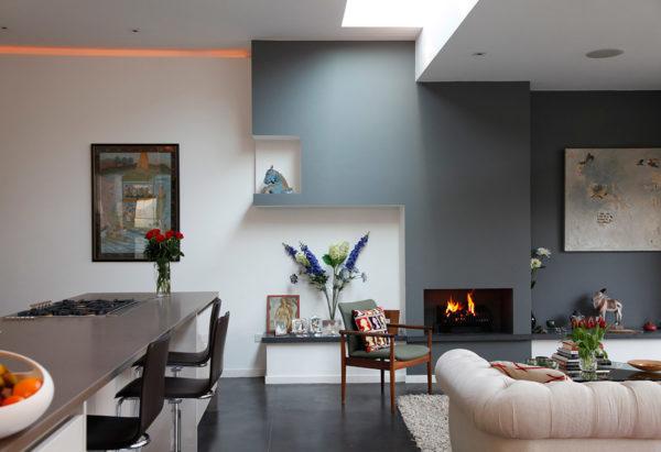 окрашенный потолок в интерьере кухни-гостиной