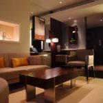 интерьер гостиной с коричневым мягким диваном
