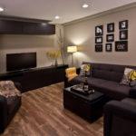 черная мебель с яркими акцентами в интерьере гостиной