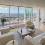оформление большой гостиной с балконом