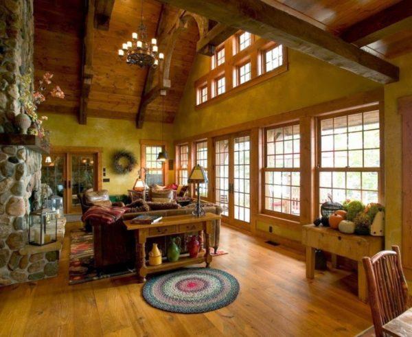 большая гостиная в деревянном доме