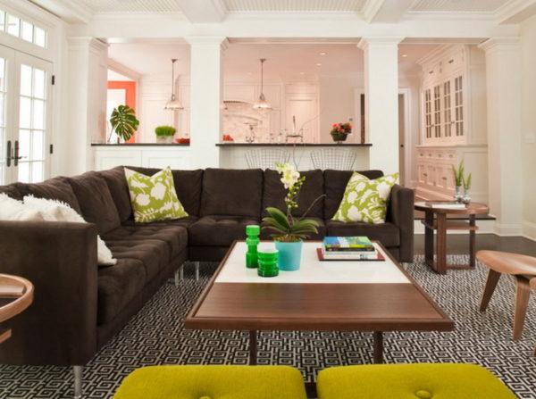 арки с коричневым диваном в гостиной