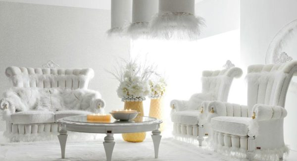 роскошный белый гарнитур в интерьере гостиной