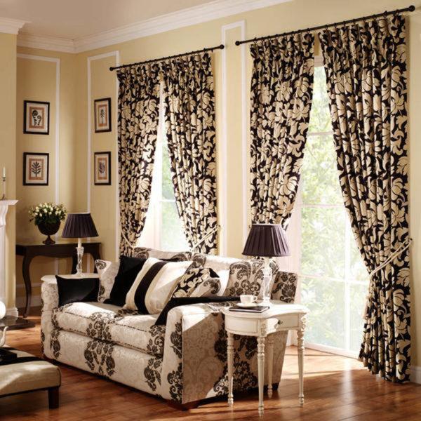 яркие шторы в интерьере гостиной
