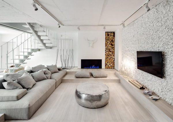 гостиная с лестницей и камином