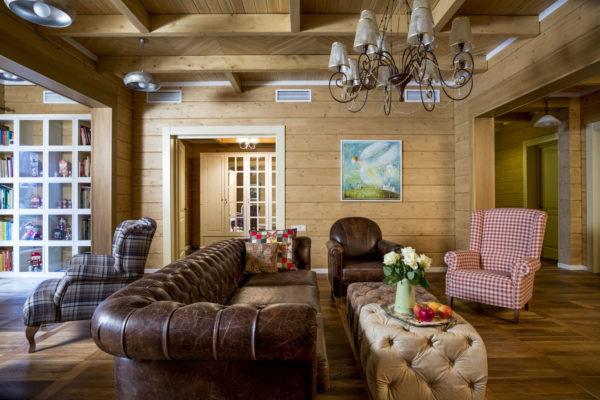 кожаный диван в гостиной из дерева
