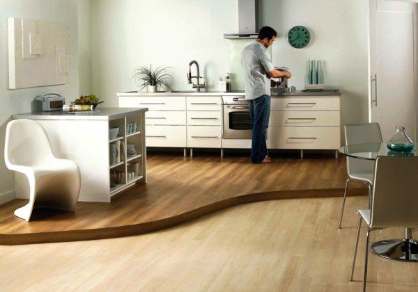 Разоуровневый пол в гостиной-кухне