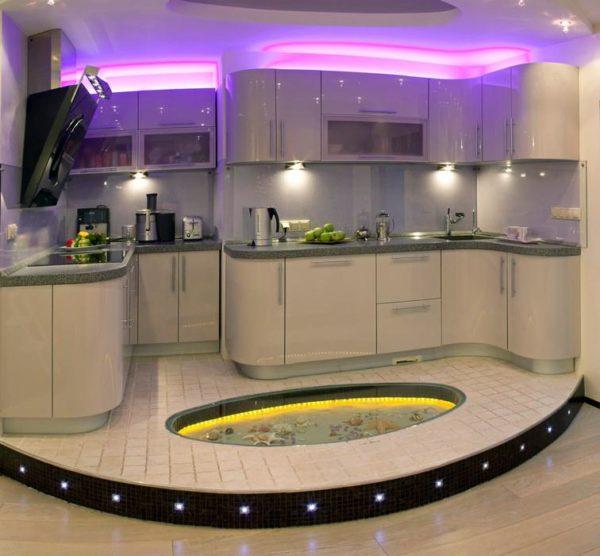 Кухню расположили на небольшом подиуме