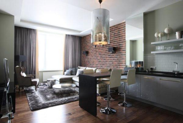 Декорированная гостиная-кухня каменной кладкой