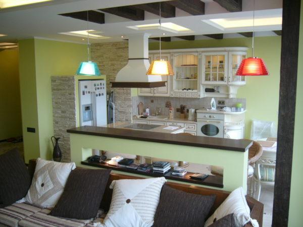 Салатовые стены и светлая мебель для гостиной-кухни