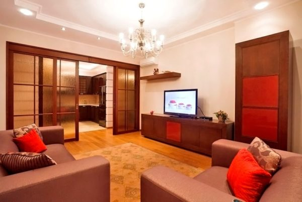 Красно-коричневый вариант оформления гостиной-кухни