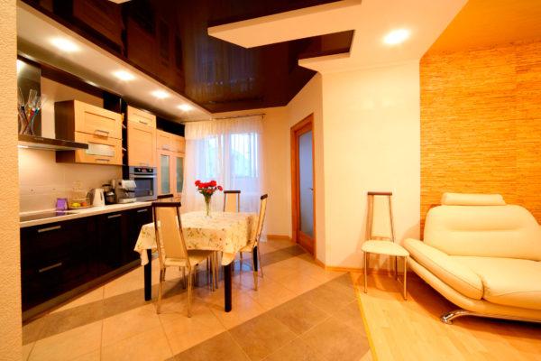 темный натяжной потолок для кухни-гостиной