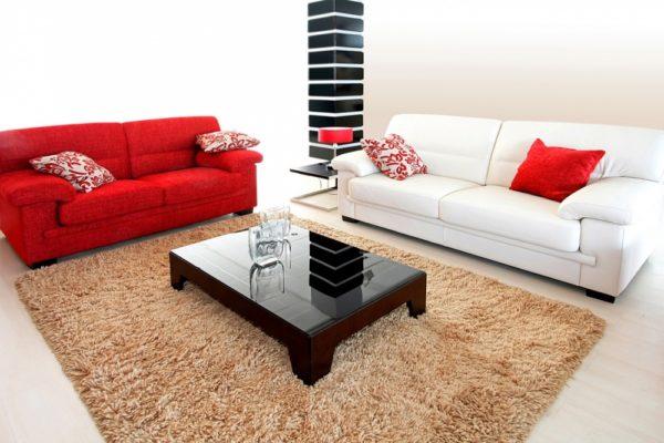 красный и белый диван