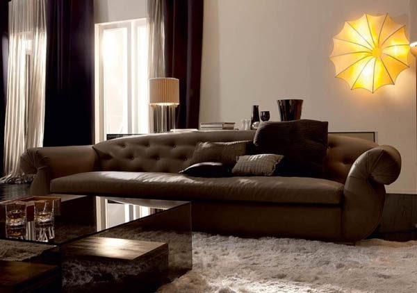стеганый коричневый диван