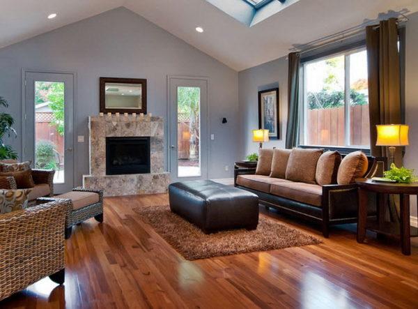 коричневый диван с черным основанием