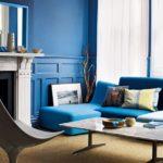 синие стены в интерьере современной гостиной