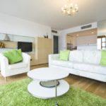 светлая мебель в интерьере гостиной стиля хай-тек