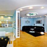 яркие стены в гостиной хай тек